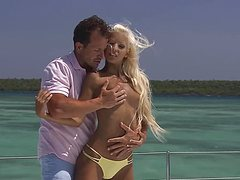 Зрелый самец трахает на палубе яхты блондинку
