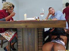 Отсосала белый член под столом и отдалась в пизду на кухне