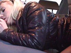 В машине оттрахал в трусиках девушку в дырочки