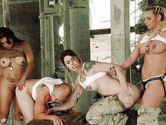 Армейские лесбиянки трахнули партнера игрушками