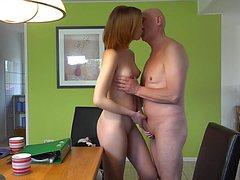 Крепкий старик выебал девушку голышом