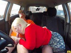 Захотела женщина секс в автомобиле с молодым очкастым парнем