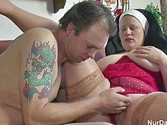 Бритым хуем ебет монашку в рот и пизду