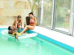 Парни сосут член в бассейне друг другу