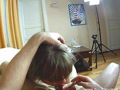 Снимает на телефон еблю с татуированной шлюхой