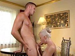 Роскошная блондинка подмахивает мускулистому кобелю