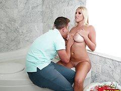 Он приятно полизал пизду она пососала член в ванной