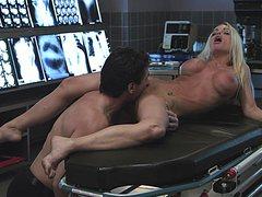 Взрослый доктор соблазнил медсестру на еблю в кабинете