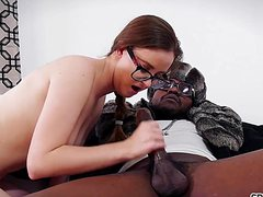 Белую очкастую стриптизершу жарит чернокожий
