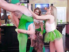 Самец в костюме трахает нескольких девушек у стойки