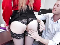 Рыжий ебет раком на столе грудастую секретаршу