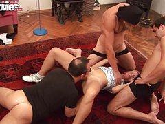 Зрелая стройная баба ублажает троих на полу