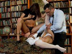 Очкастый препод жарит очко одной из студенток