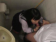 Устроила отсос в туалете азиатка другу