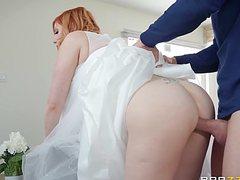 Рыжая в платье невесты отдается бритоголовому