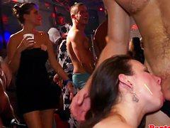 В разных позах ебут в ночном клубе девок парни