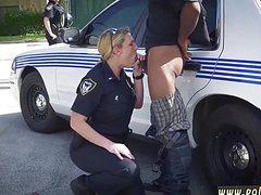 Белая полицейская отсосала хуй негру на улице