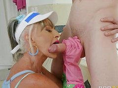 Молодой успешно жарит бритую пизду грудастой женщины