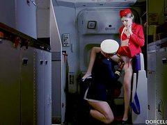 Пилот трахает стюардессу в презервативе во время полета