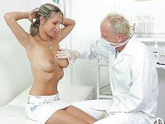 Озабоченный доктор мнет руками титьки пациентки