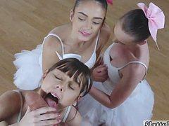 Старательно балерины отсасывают толстый хуй тренера