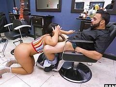Взрослая жопастая трахнула парикмахера в кресле