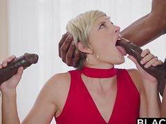 Негры шпарят блондинку в два члена в постели