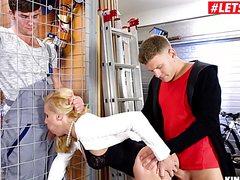 Стройная взрослая блонда трахнула двух парней
