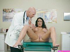 Полизал пизду пациентке и трахнул ее на кушетке доктор