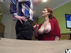 Рыжая девушка секс в офисе устроила