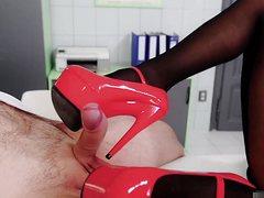 Грудастая телка соблазнила врача на приеме и трахнула