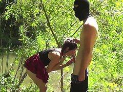 Шлюшка отлично отсосала в лесу член незнакомца