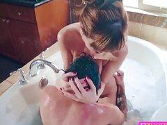 Грудастая взрослая баба трахнула парня в ванной