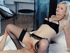 Милая блонда набирает в рот сперму на коленках