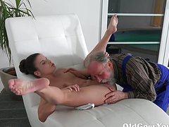 Старик приятно порет молодую жену своего сына