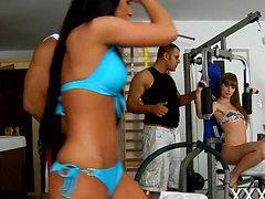 Две девушки развлекаются с тренерами