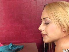 Любовник писает на стройную блондинку