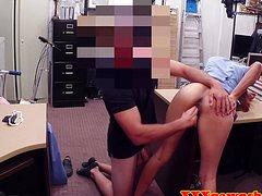 Телка в очках уверенно трахается на столе с коллегой