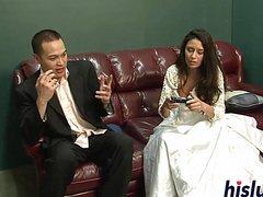 Приятель трахает невесту на глазах у ее мужа
