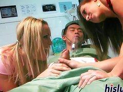 Спящего пациента ебут в больнице две развратницы