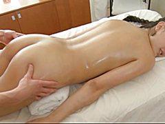 Бритая голая пися на массаже ублажает массажиста