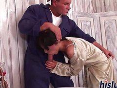 Сексуальная дамочка отсосала член сантехнику
