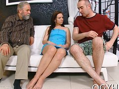 Седой мужик развел молодую и трахнул на диване