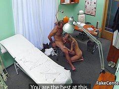 Озабоченный врач трахает привлекательную пациентку