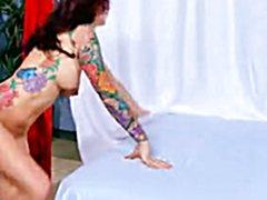 Красивая девушка ебется аналом с крепким массажистом