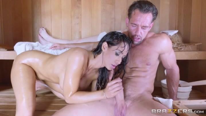 Начальница трахает секс в сауне с женой и любовником без